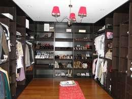 classic Dressing room by Arquitectos Building M&CC - (Marcelo Rueda, Claudio Castiglia y Claudia Rueda)