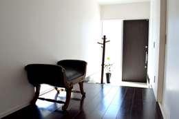 大人が遊べる家 玄関: フォーレストデザイン一級建築士事務所が手掛けたです。