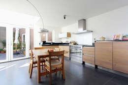 ruime en lichte woonkeuken: moderne Keuken door JANICKI ARCHITECT