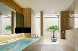 O邸: 中塚健仁建築設計事務所が手掛けた浴室です。