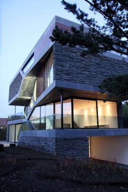 Villa van Lipzig: moderne Woonkamer door Loxodrome design&innovation