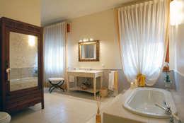 bagno padronale con vasca: Bagno in stile in stile classico di bilune studio