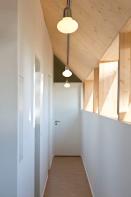 Corridor & hallway by ÜberRaum Architects