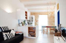 Ossigeno Architettura: akdeniz tarzı tarz Oturma Odası