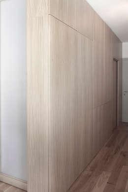 Corridor & hallway by TIPI STUDIO