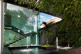 Residencia JC-ROA: Jardines de estilo moderno por AIDA TRACONIS ARQUITECTOS EN MERIDA YUCATAN MEXICO