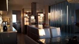 Casa en Los Lagos - Nordelta: Cocinas de estilo moderno por Arquitectos Building M&CC - (Marcelo Rueda, Claudio Castiglia y Claudia Rueda)
