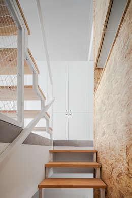 Pasillos y recibidores de estilo  por URBAstudios