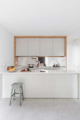 minimalistische Keuken door URBAstudios