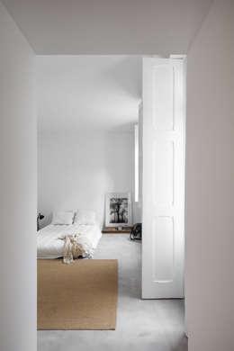 minimalistische Slaapkamer door URBAstudios