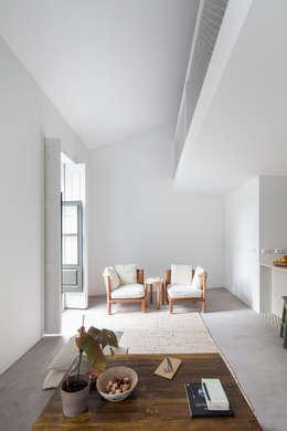 minimalistische Woonkamer door URBAstudios