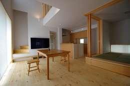 Salones de estilo escandinavo de K+Yアトリエ一級建築士事務所