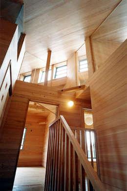 Pasillos y vestíbulos de estilo  por 安達文宏建築設計事務所