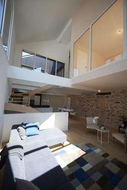 Deux Loft- extension: Salon de style de style Moderne par phenome architectures