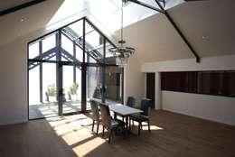 Deux Loft- extension: Salle à manger de style de style Moderne par phenome architectures