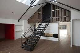 Deux Loft- extension: Couloir et hall d'entrée de style  par phenome architectures