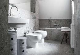 Baños de estilo moderno por bottegaarchitettonica