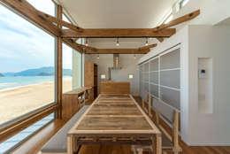 空と海な家 ダイニング: フォーレストデザイン一級建築士事務所が手掛けたです。