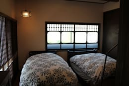 骨董建具の家: 大出設計工房 OHDE ARCHITECT STUDIOが手掛けた寝室です。