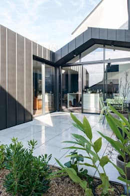 Back in Black - Extension et rénovation d'une maison individuelle: Terrasse de style  par LAUS architectes
