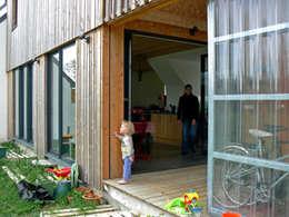 Mini/Maxi: Terrasse de style  par LAUS architectes