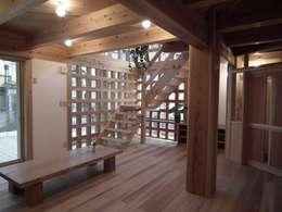光格子の家: 木の家づくりを応援する木住研が手掛けた廊下 & 玄関です。