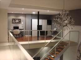 Pasillos y recibidores de estilo  por Soluziona Arquitectura