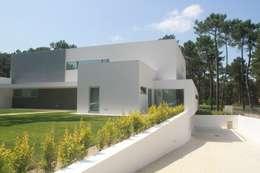 Acesso à garagem: Moradias  por Miguel Ferreira Arquitectos