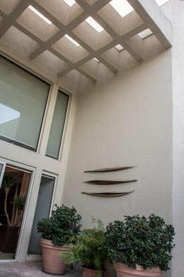 Patio central : Casas de estilo ecléctico por CH Proyectos