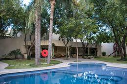 Alberca : Jardines de estilo ecléctico por CH Proyectos