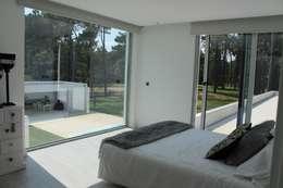 Suite (1º Piso): Quartos modernos por Miguel Ferreira Arquitectos