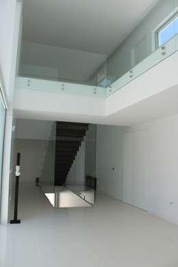 Hall de entrada : Corredores e halls de entrada  por Miguel Ferreira Arquitectos