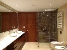 Baños de estilo moderno por CANAL