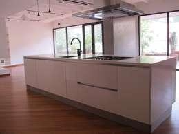 APTO MEJIA - MORA: Cocinas de estilo moderno por unouno estudio