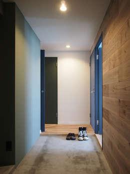 modern Corridor, hallway & stairs by 株式会社エキップ