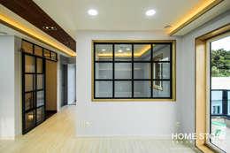 [상주전원주택 인테리어] 2세대가 함께 사는 프라이버시가 보호되는 세대분리형 ALC주택: (주)홈스토리의  거실