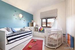 Projekt apartamentu nad morzem: styl , w kategorii Pokój dziecięcy zaprojektowany przez Komplementi