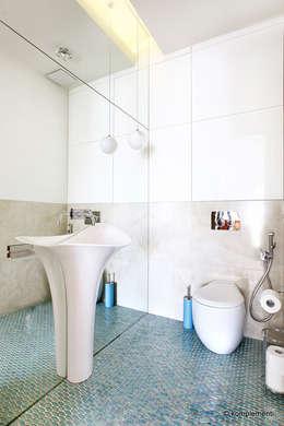 Projekt apartamentu nad morzem: styl , w kategorii Łazienka zaprojektowany przez Komplementi