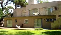 Casa Pinamar -Fragata 25 de Mayo: Terrazas de estilo  por Ardizzi arquitectos