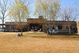 CASA ROLDAN Nº1: Casas de estilo rural por Arq. Luciano Altube
