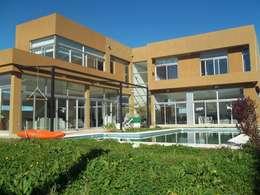 Vivienda Unifamiliar BºDon Carlos: Jardines de estilo moderno por concepturbano