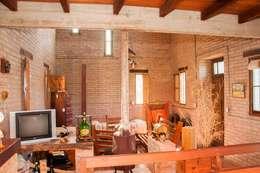 Vivienda en Mayu Sumaj: Livings de estilo rústico por Abitar arquitectura
