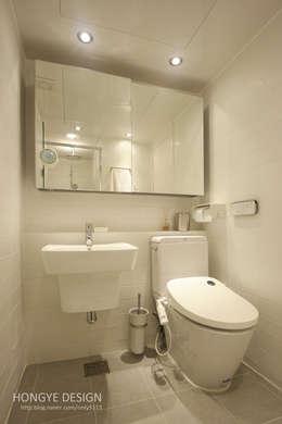 드레스룸과 서재가 있는 15평 신혼집: 홍예디자인의  화장실