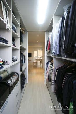 드레스룸과 서재가 있는 15평 신혼집: 홍예디자인의  드레스 룸