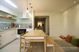 드레스룸과 서재가 있는 15평 신혼집: 홍예디자인의  주방