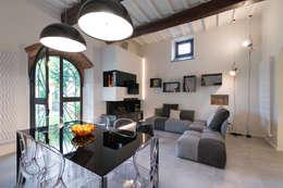 Salas de estilo moderno por B+P architetti