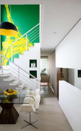 moderne Eetkamer door Magno Moreira Arquitetura