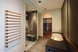 moderne Badkamer door KJUBiK Innenarchitektur