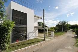 Fachada principal: Casas de estilo moderno por Alzatto Arquitectos