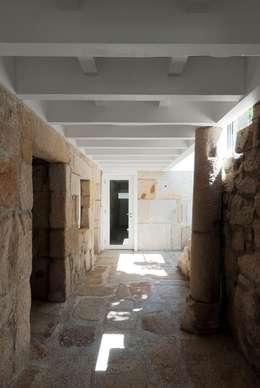 Pasillos y recibidores de estilo  por bAse arquitetura